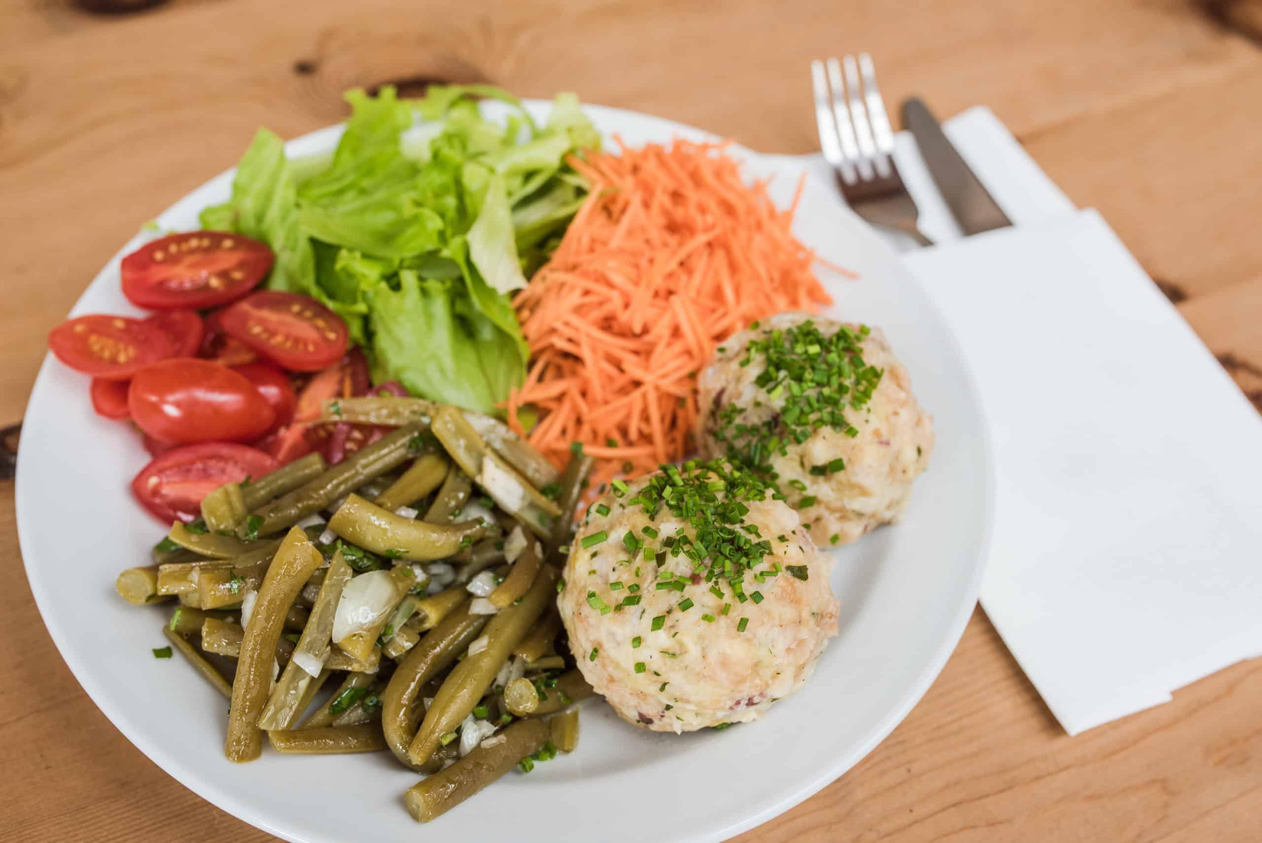 Speckknödl mit gemischtem Salat