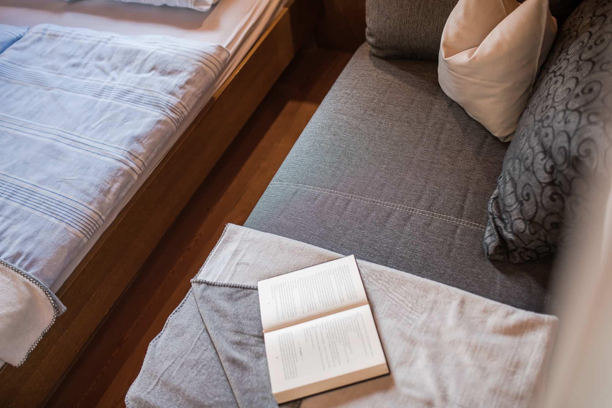 Eine ruhige Leseecke mit interessanter Lektüre